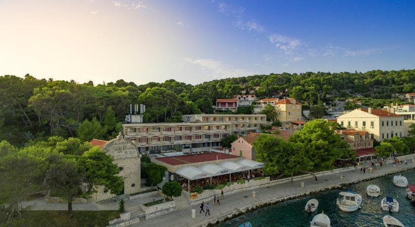 Best time to travel Solin Delfin Hvar Hotel