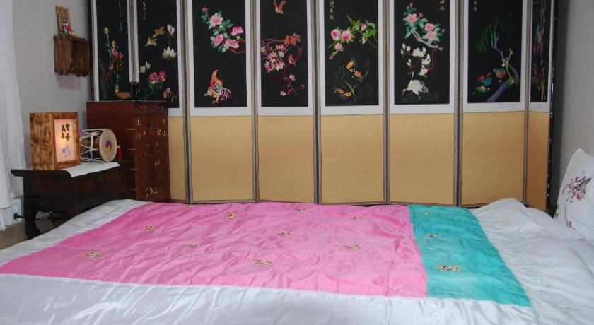 Standard Double Room with Shared Bathroom Haeng Gung Chae Guesthouse