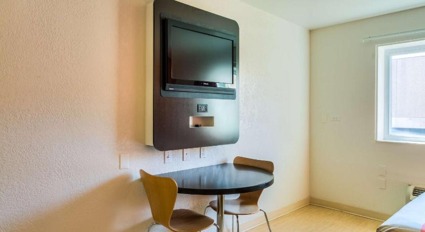 Queen Room Motel 6 Chicago North Central - Arlington Heights