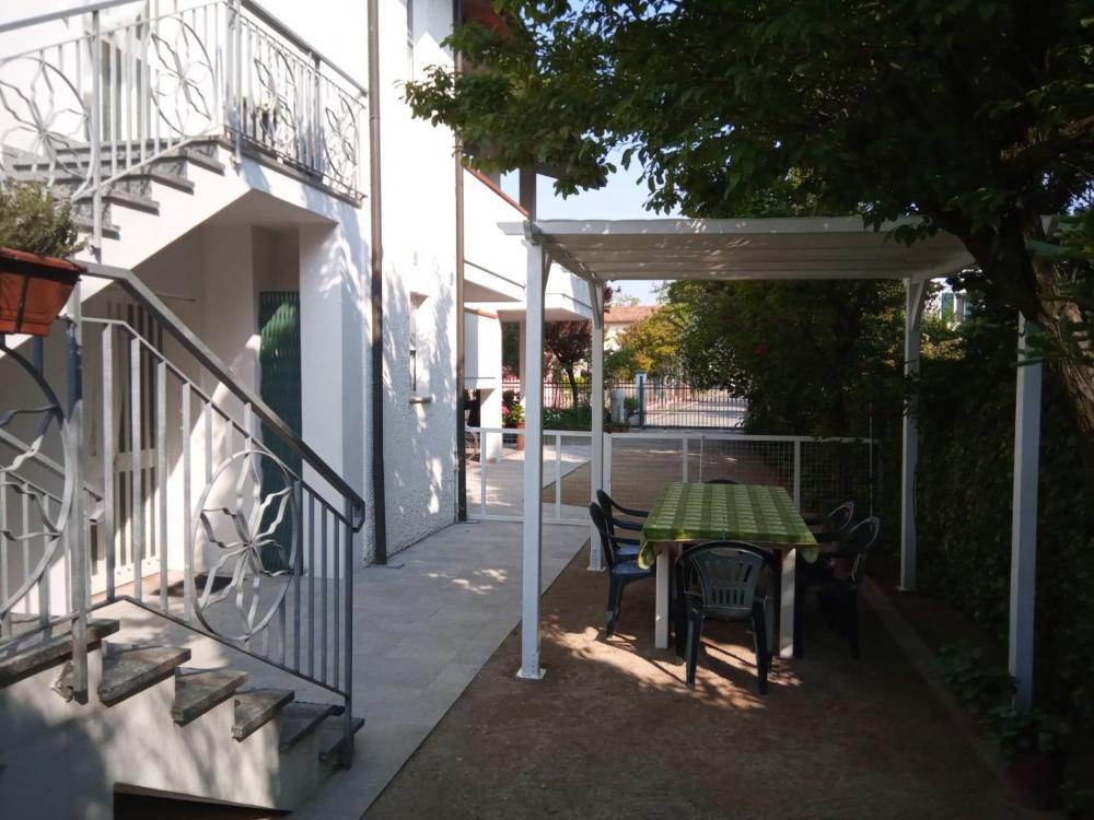 Villa Elegante Con Terrazzo E Giardino Prices Photos