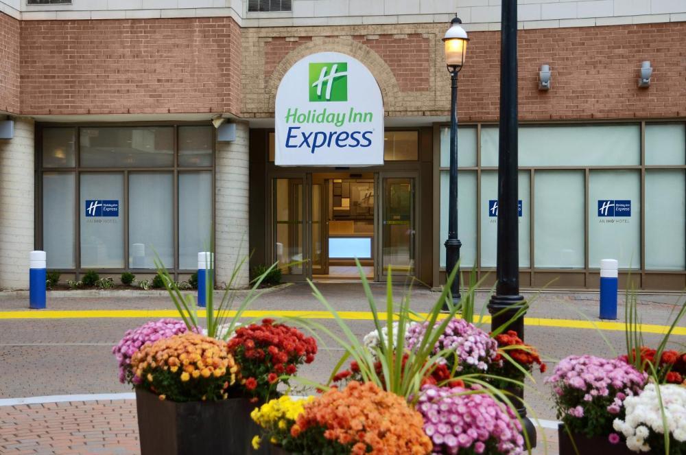 Holiday Inn Express Toronto Downtown, an IHG Hotel