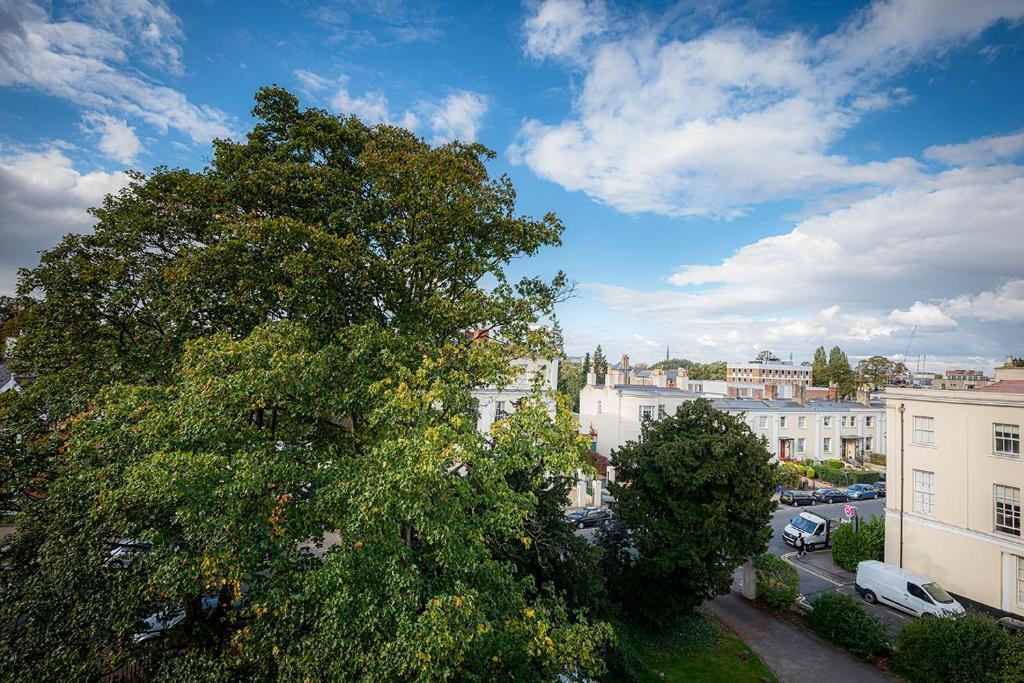 Fantastic Location Cheltenham Town Centre Sleeps 2