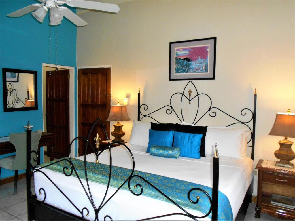 The Sanctuary Deluxe King Room The Blue House Boutique Bed & Breakfast