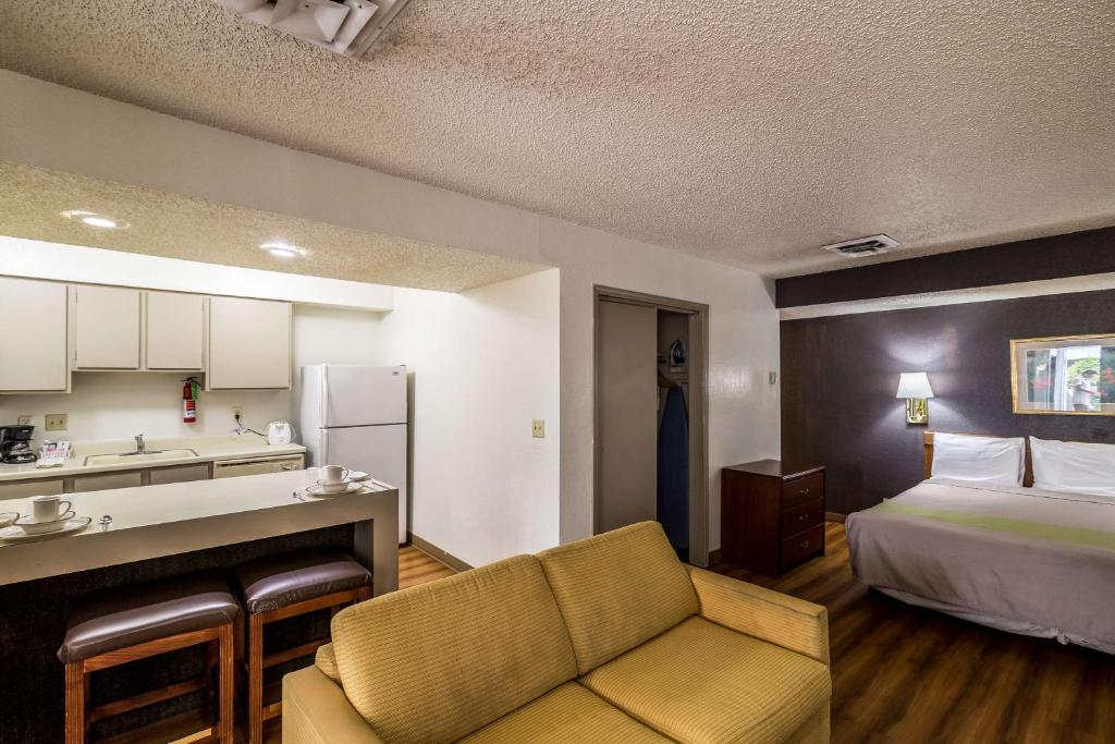 One Bedroom Apartment 4 S King Bed Smoking