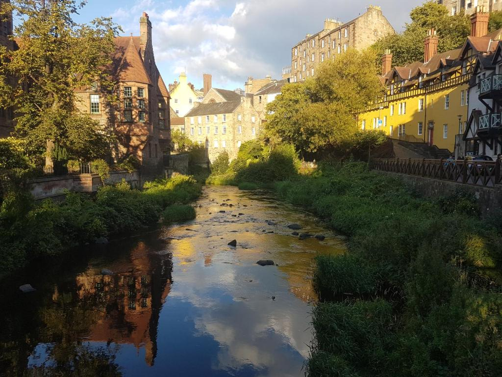 Dean Village - Lovely 2 bed in picturesque Dean Village with balcony and private parking