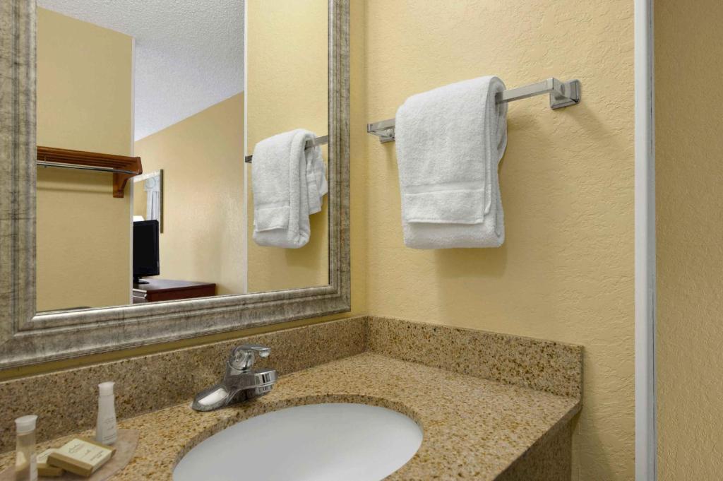 baymont by wyndham gainesville gainesville. Black Bedroom Furniture Sets. Home Design Ideas