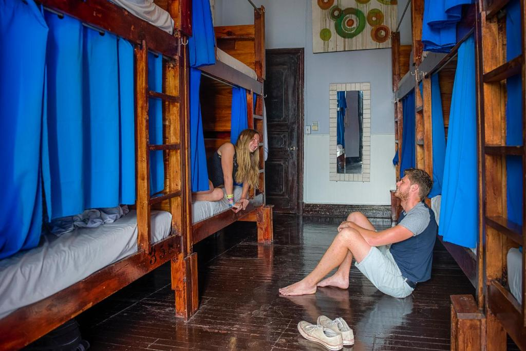 Bed in 10-Bed Mixed Dormitory Room with A/C Lunas Castle Hostel