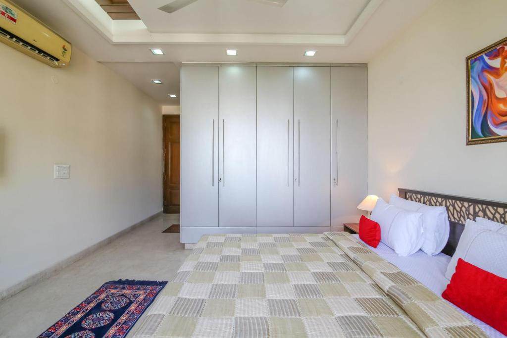 Three-Bedroom Apartment Hostie Sarvada-Convenient Living in South Delhi