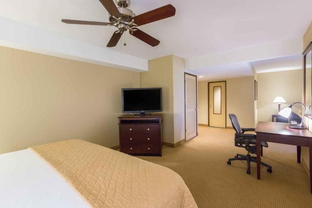 Book Now Wyndham Garden Hotel - Newark Airport (Newark, United States). Rooms Available for all budgets. High-speed internet access plus an outdoor pool and gym are among the amenities our guests find at the conveniently located Wyndham Garden Hotel - Newark Airport. This five-st