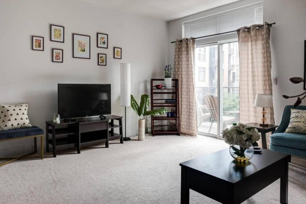 Third Ward 1 and 2 BR with Patio by Frontdesk