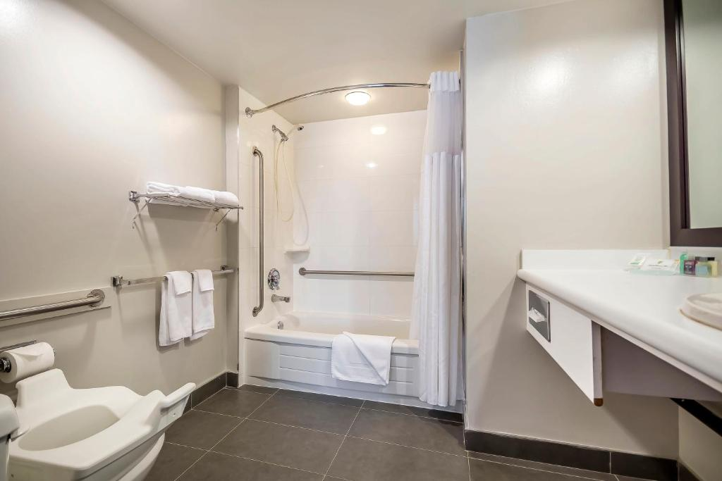 Book Now Coast Vancouver Airport Hotel (Vancouver, Canada). Rooms Available for all budgets. Complimentary shuttle service to the airport free internet access and local calls add to the value at the non-smoking Coast Vancouver Airport Hotel where pets are welcome. Don