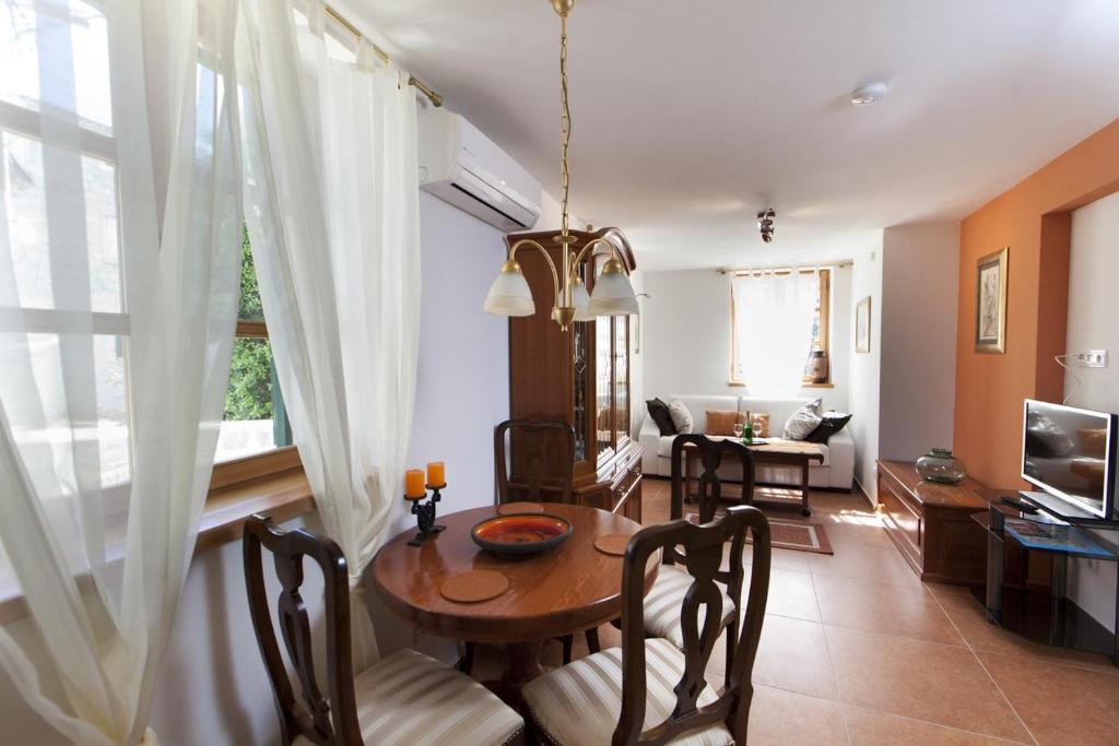 Apartment Split 12556a