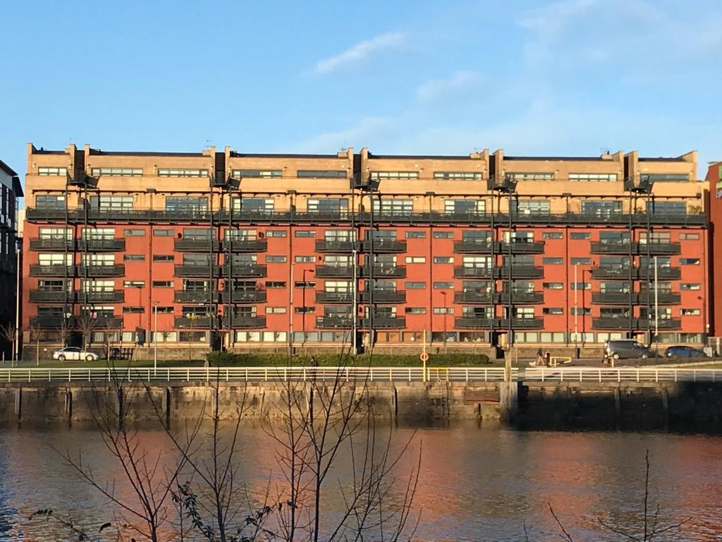 City Centre Riverside Apartment with private parking