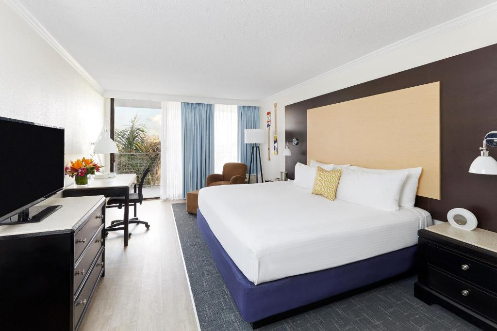 Book Now Bay Harbor Hotel (Tampa, United States). Rooms Available for all budgets. Appreciating free Wi-Fi our guests go gaga over the waterfront views and beachy setting at the non-smoking Bay Harbor Hotel. The six-story Bay Harbor Hotel offers 276 rooms wi