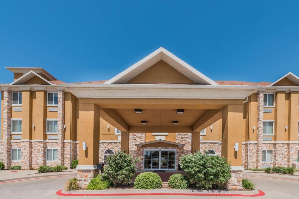 Days Inn & Suites by Wyndham Cleburne TX