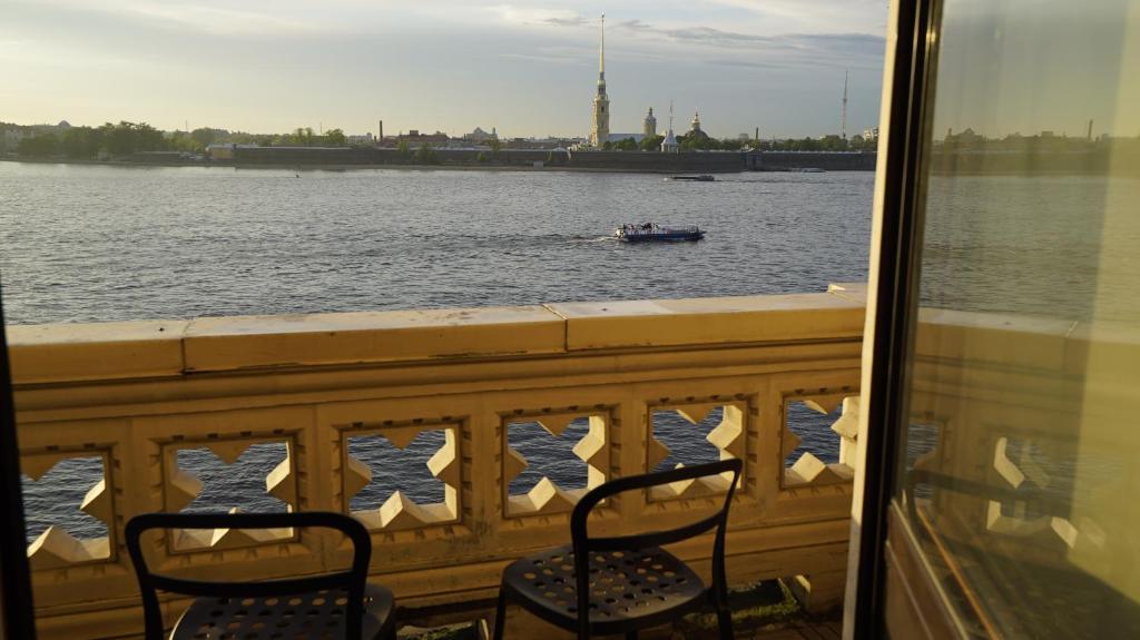 Апартаменты люкс у Эрмитажа с видом на Неву, балконом, сауной, бассейном и независимым отоплением