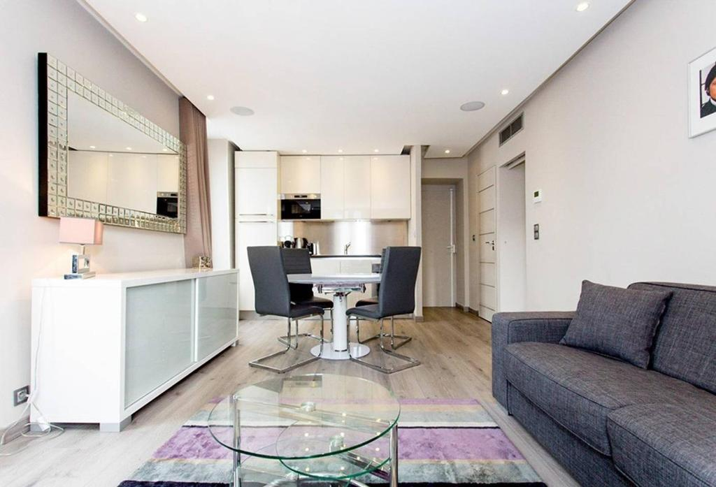 1 bedroom in front of the Palais!