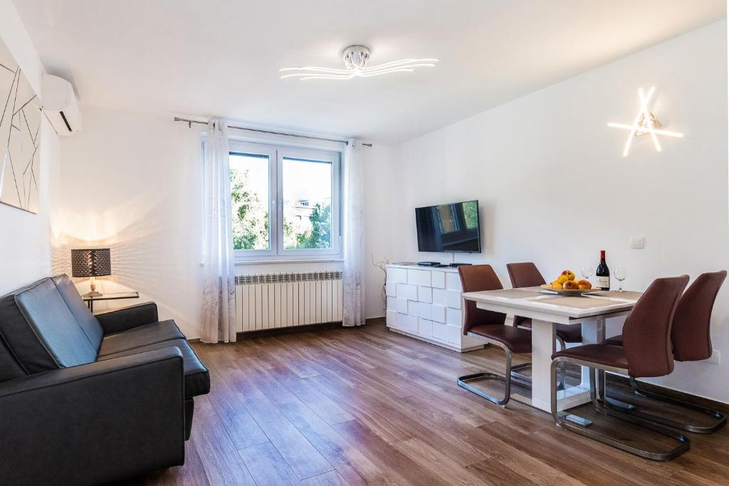 Modern 2BDR Apartment in Old Town- BEST LOCATION