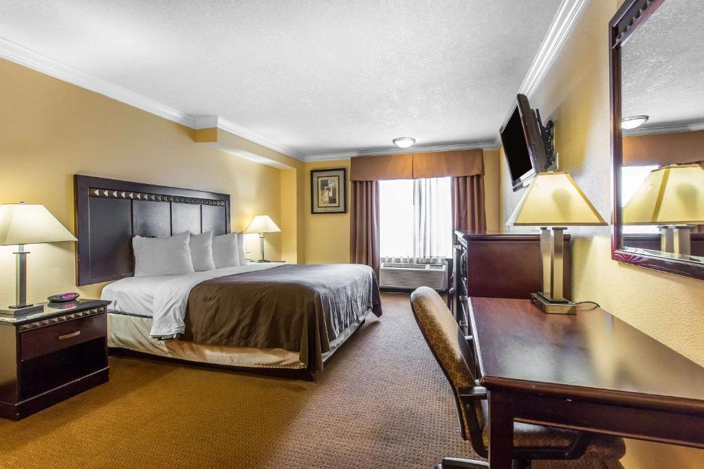 quality inn suites bell gardens south gate. Black Bedroom Furniture Sets. Home Design Ideas