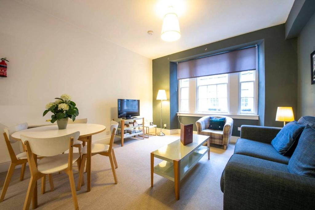 ALTIDO Perfect Location! Charming Rose St Apt for Couples