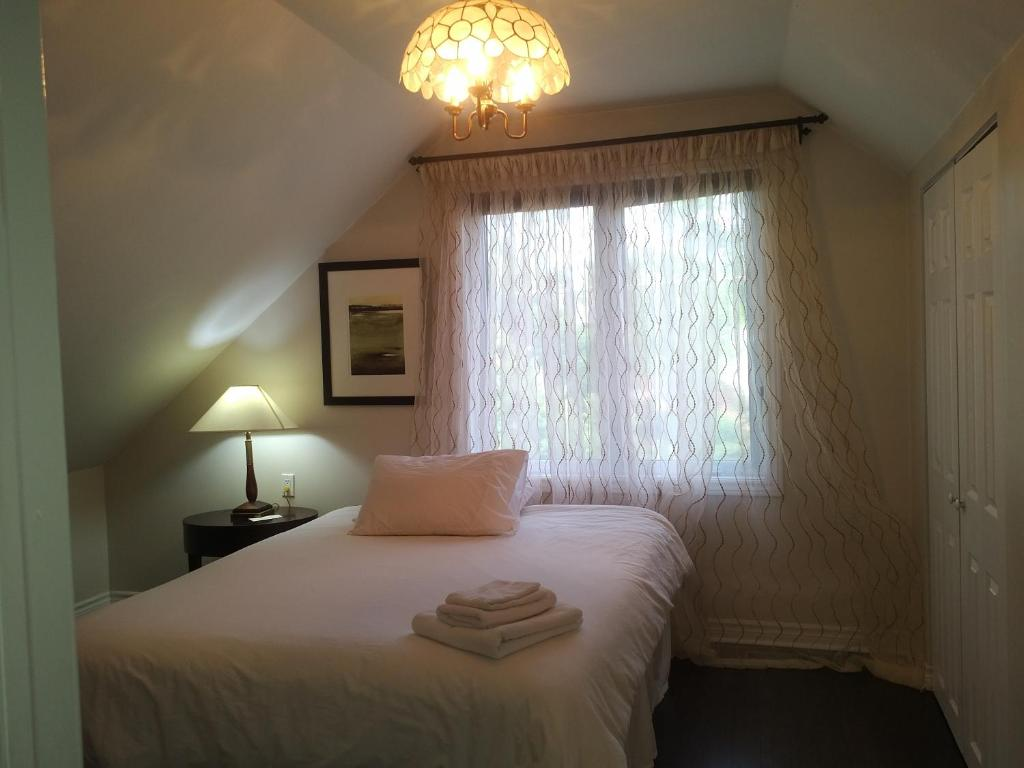 Queen Room with Shared Bathroom - Second Floor Toronto South Etobicoke Guest House Near Lake Humber & the 427