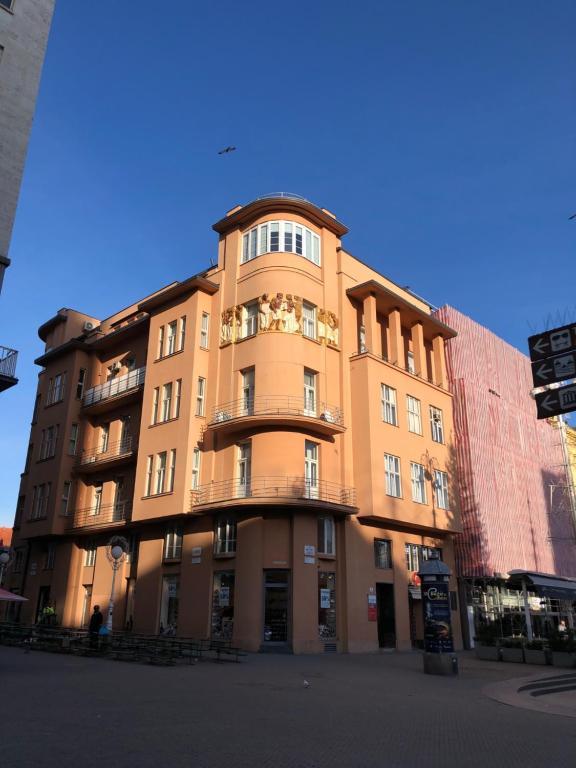 Main Square Oval Apartment