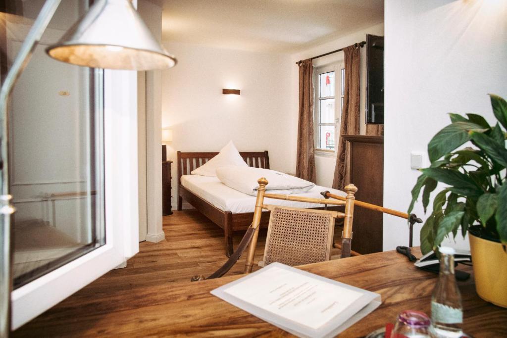 landhaus caf restaurant hotel wolfratshausen online booking viamichelin. Black Bedroom Furniture Sets. Home Design Ideas