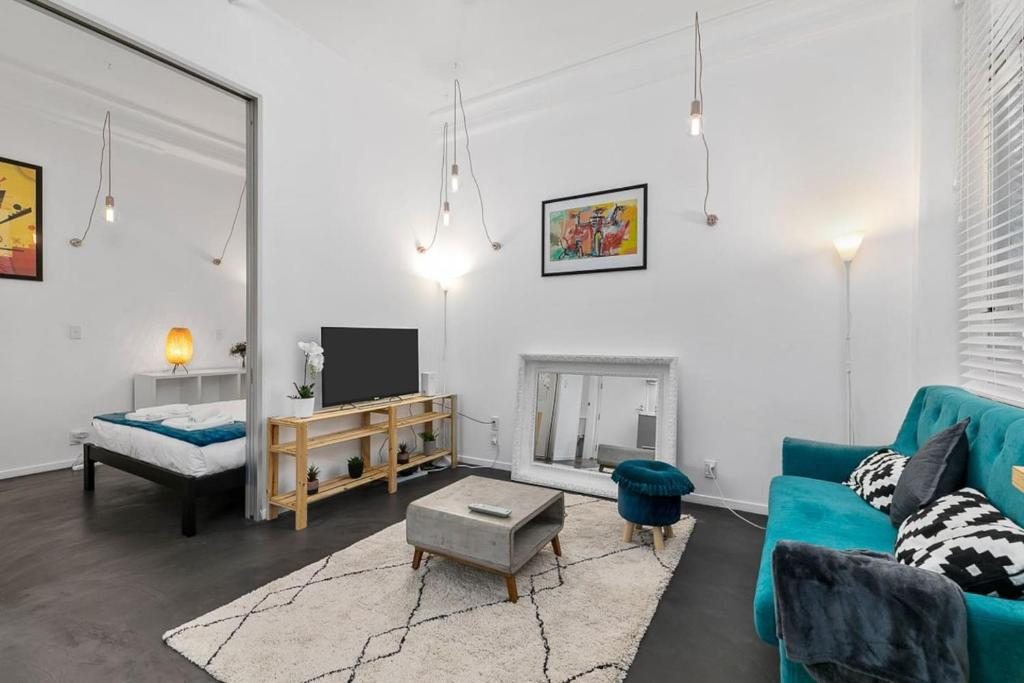 Newly-Decorated One Bedroom on Queen Street, CBD!