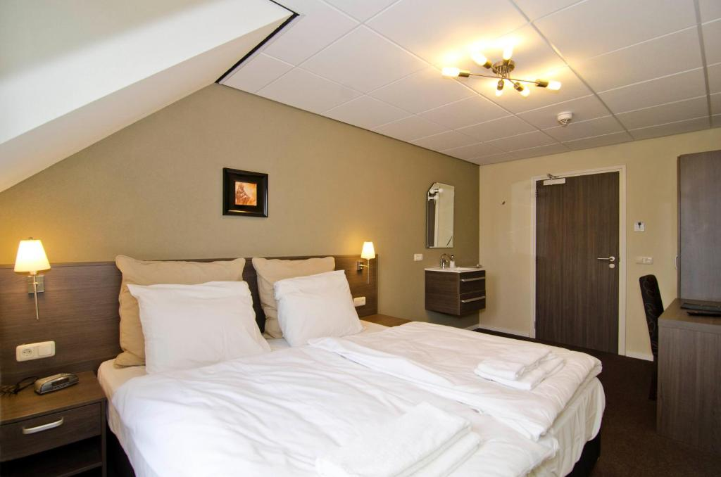 Economy Twin Room with Shared Bathroom Hotel Asselt