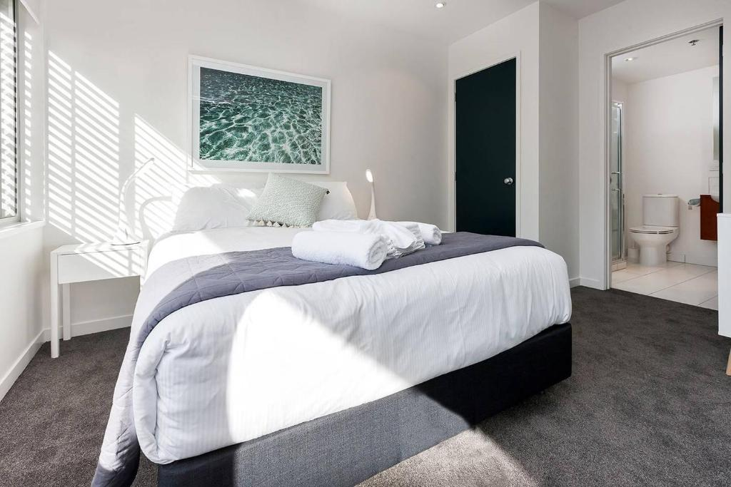 Modern light-filled luxury in Central Auckland
