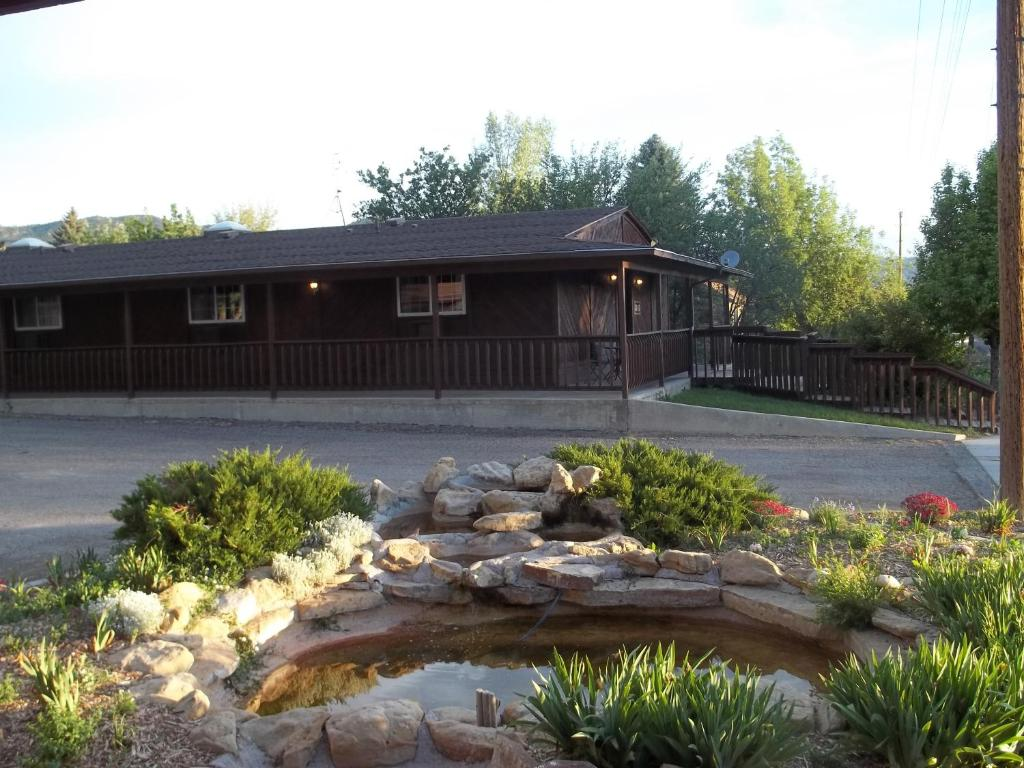 Book Now Bryce Pioneer Village (Tropic, United States). Rooms Available for all budgets. Featuring an on-site dinner theatre this motel is 20 minutes' drive from Bryce Canyon National Park. All rooms include free WiFi. A free continental breakfast is served to gue