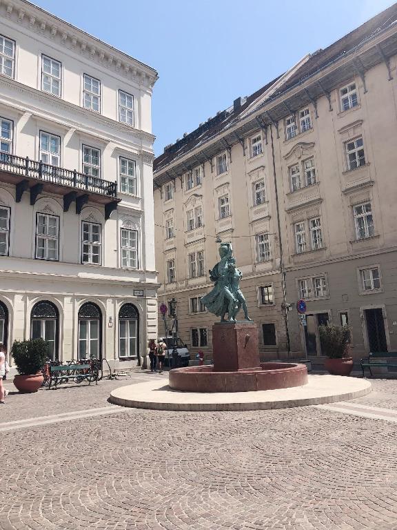 Fehérhajó 12-14, 1051 Budapest