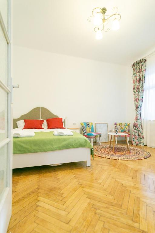 Bright Studio in the Heart of the City with Netflix