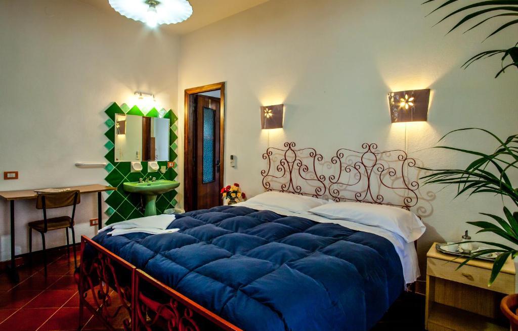 Hotel Villarosa con Vespa Rent image4