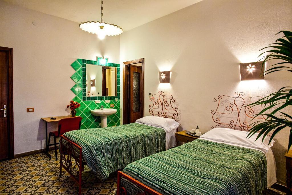 Hotel Villarosa con Vespa Rent image8