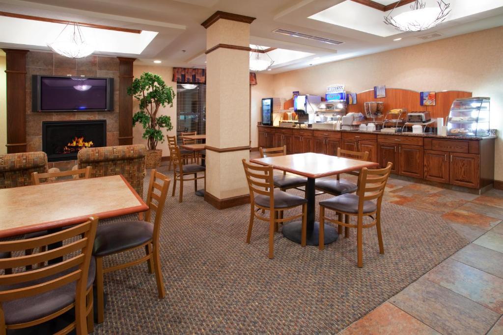 Holiday Inn Express Airport East, an IHG Hotel