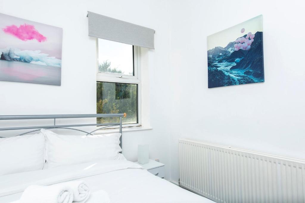 Beautiful 1BD Flat in WDidsbury w Sofa Bed Burton Rd