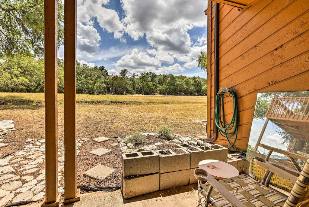 Cozy Condo with Patio and Grill Less Than 2 Mi to Jacobs Well