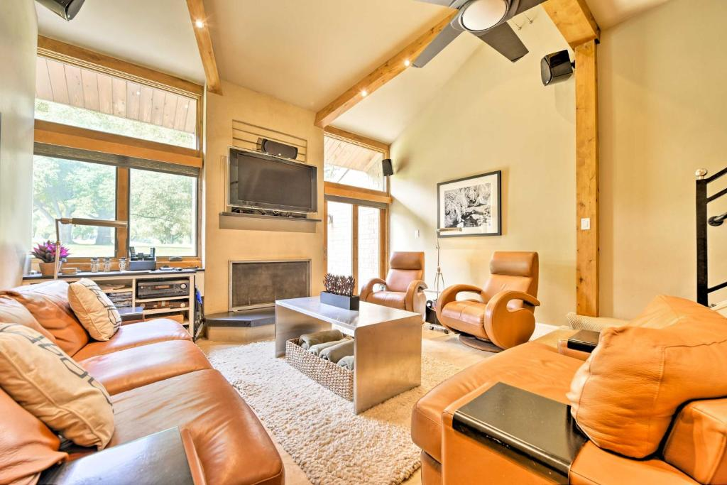 Luxe Park City Condo with Pool and Hot Tub Mins to Ski