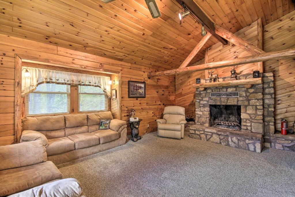 Pet-Friendly Raystown Lake Cabin with Deck and BBQ!