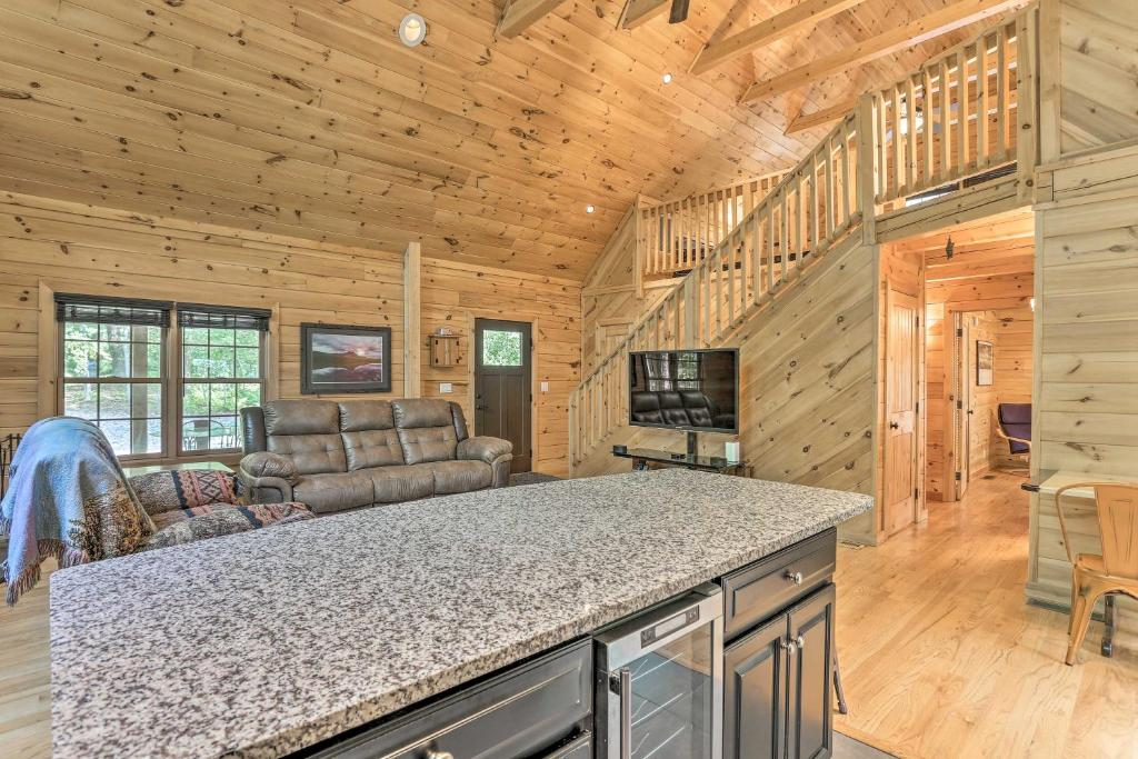Palmerton Cabin with Game Room about 5 Mi to Blue Mtn