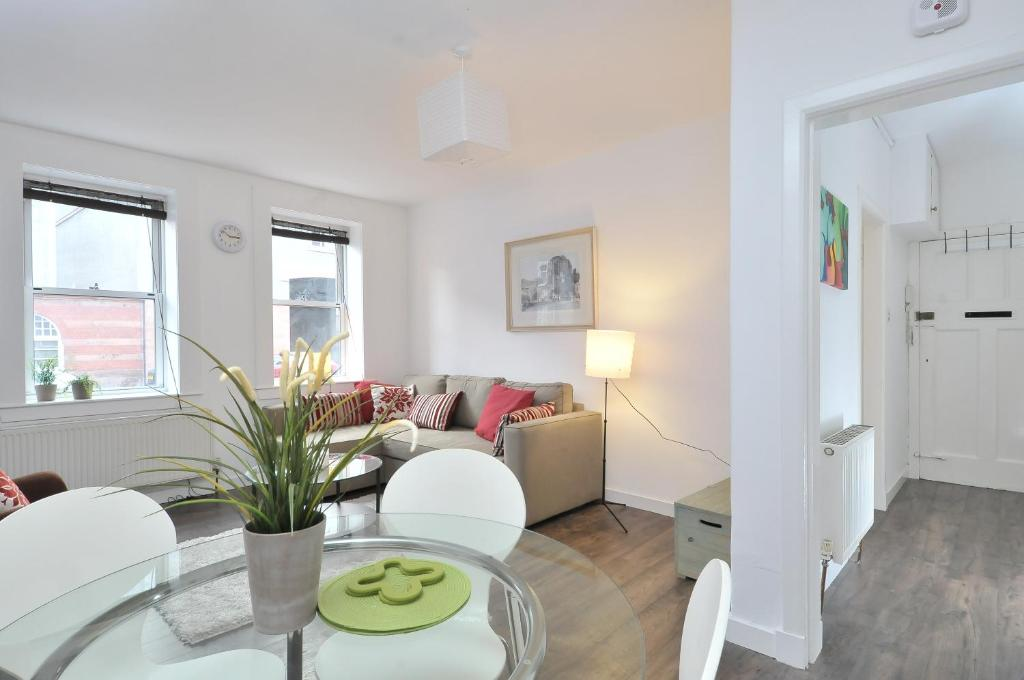 367 Comfortable 2 bedroom apartment on the edge of Edinburgh's historic Old Town