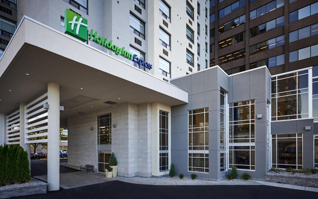 Holiday Inn Express Windsor Waterfront, an IHG Hotel