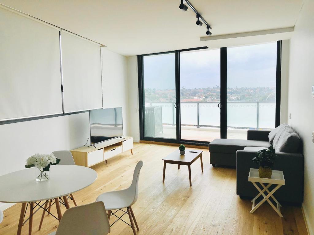 Modern Designer 2BR Apartment Near Airport & Beach