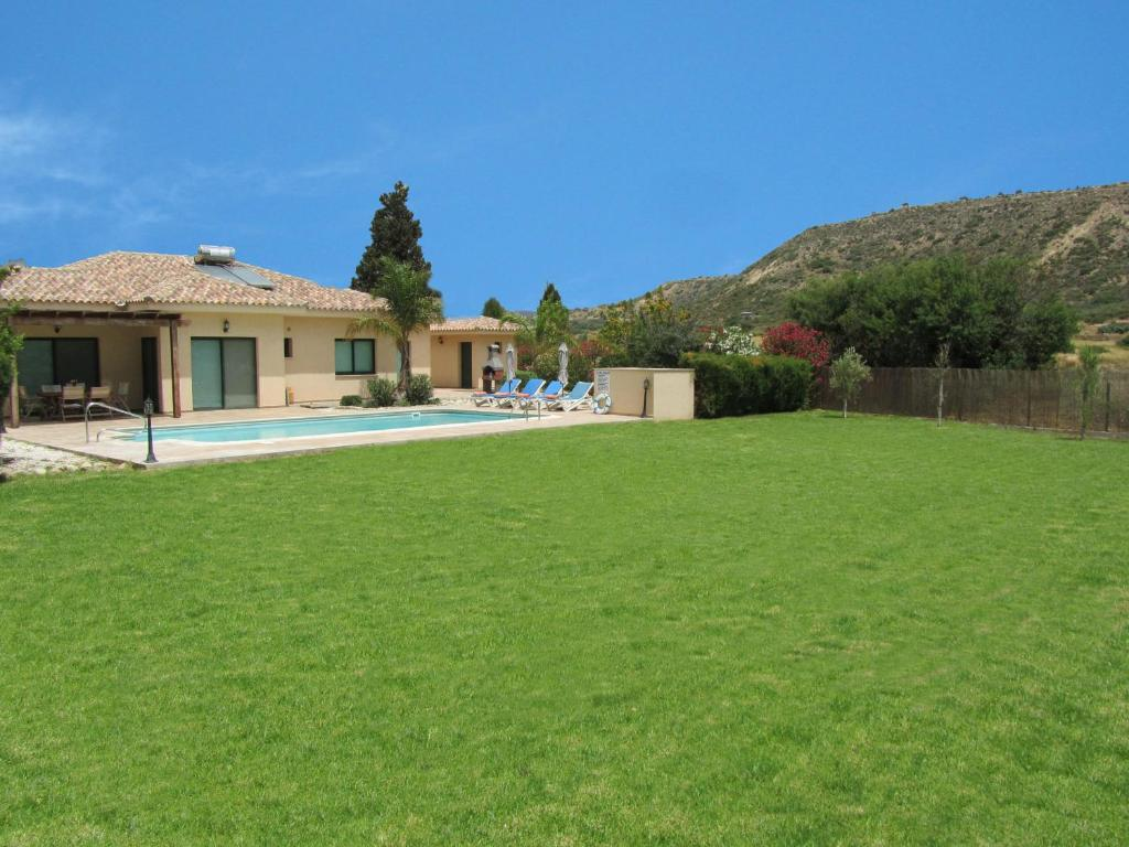 Gorgeous Bungalow by Pissouri Bay with private big pool landcaped Gardenwifi
