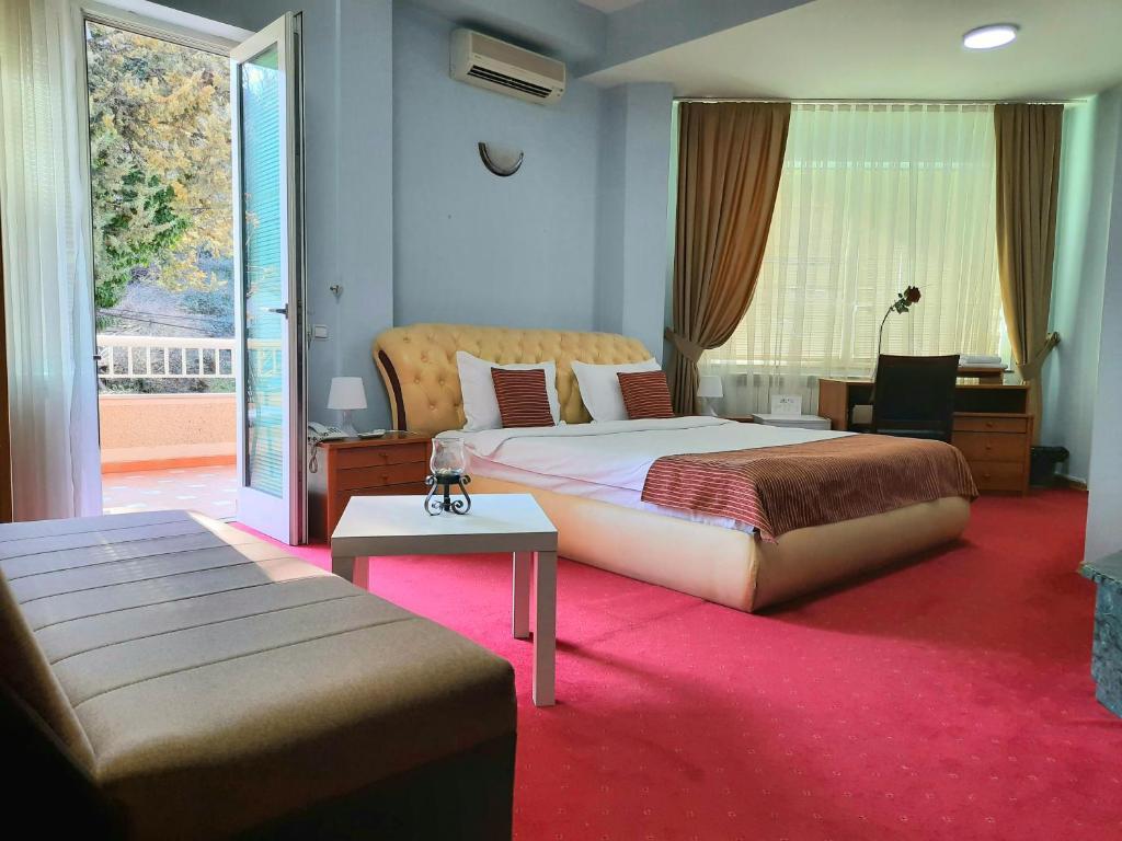 Hotel Aristocrat & Fish Restaurant