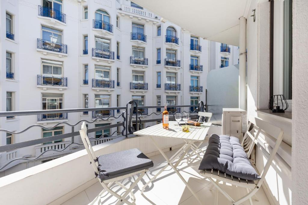 Olam Properties Cannes La Croisette Wide 2 BR steps to beaches & Palais
