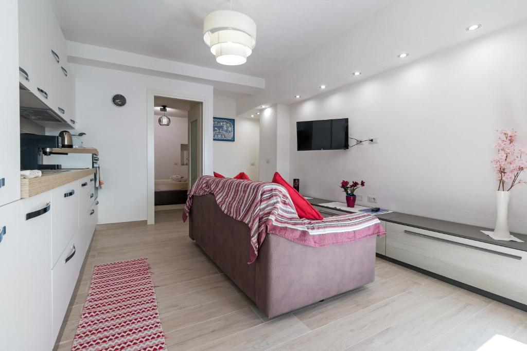 Purple Flower Suit Apartment img11