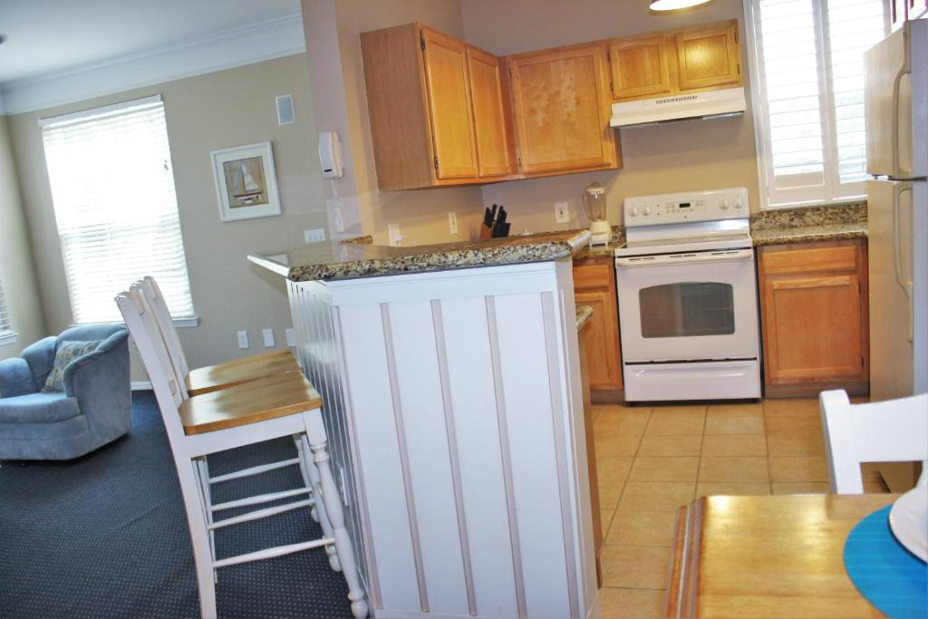 Enjoy Orlando With Us - Runaway Beach Club - Feature Packed Contemporary 2 Beds 2 Baths Townhome - 3 Miles To Disney