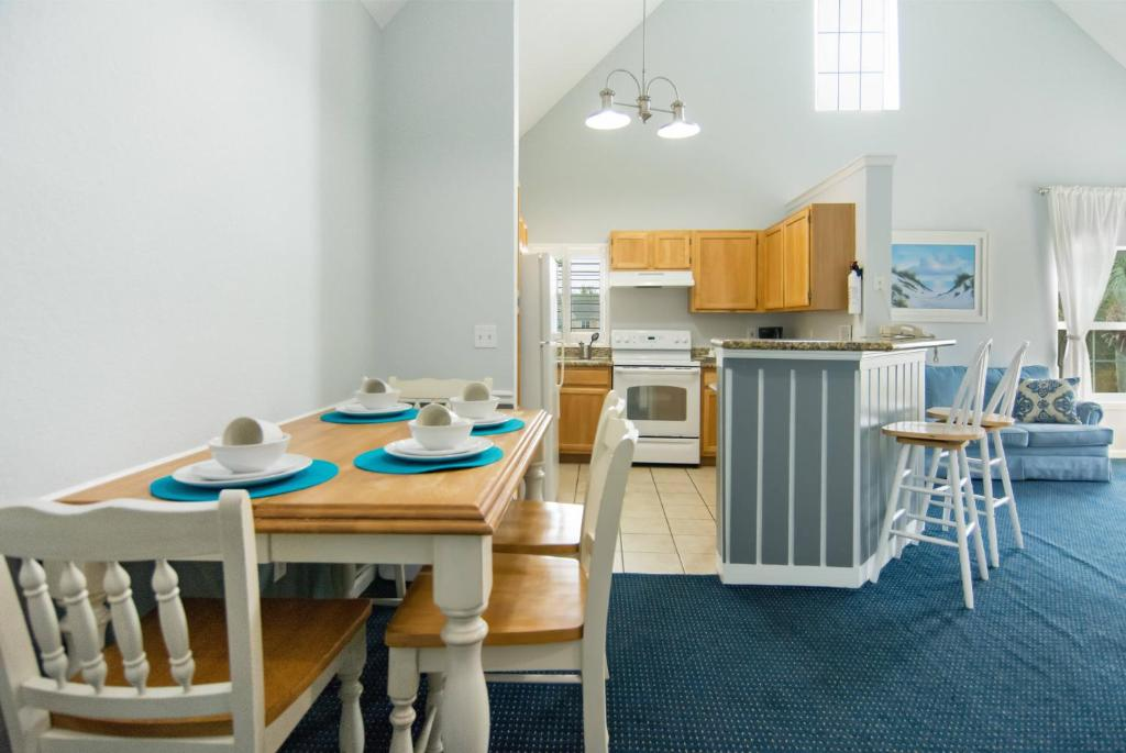 Budget Getaway - Runaway Beach Club - Feature Packed Contemporary 3 Beds 2 Baths Townhome - 3 Miles To Disney
